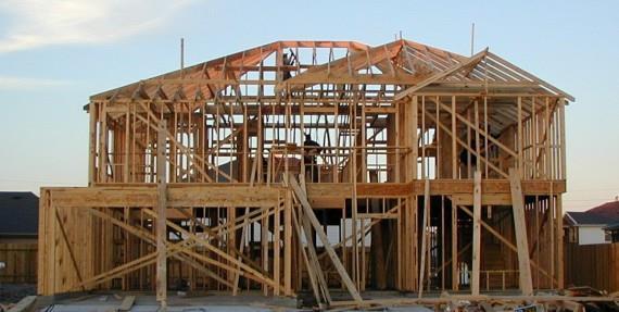 加拿大独栋房子大都是木造,许多中国买家都有这个疑惑:木造房子结不结实? 房子寿命有多久?   在加拿大除了高层建筑是钢筋水泥,大多数四层楼以下小型建筑都是木结构。木结构是西方建筑的传统和基础,有严格的管制和建造规则。加拿大的建筑业喜欢用木结构是因為木头承重力大,韧性强,容易搬运,方便施工,而且美观。   一般加拿大木造房子都有个水泥地基,木头结构再盖在上面,按照加拿大建筑法规,木材用在房子结构上都有一定的规格,木头的大小长短和承受力在建造法规上也有详细的要求,建筑师按照这些標准设计出房子,坚固可靠,用